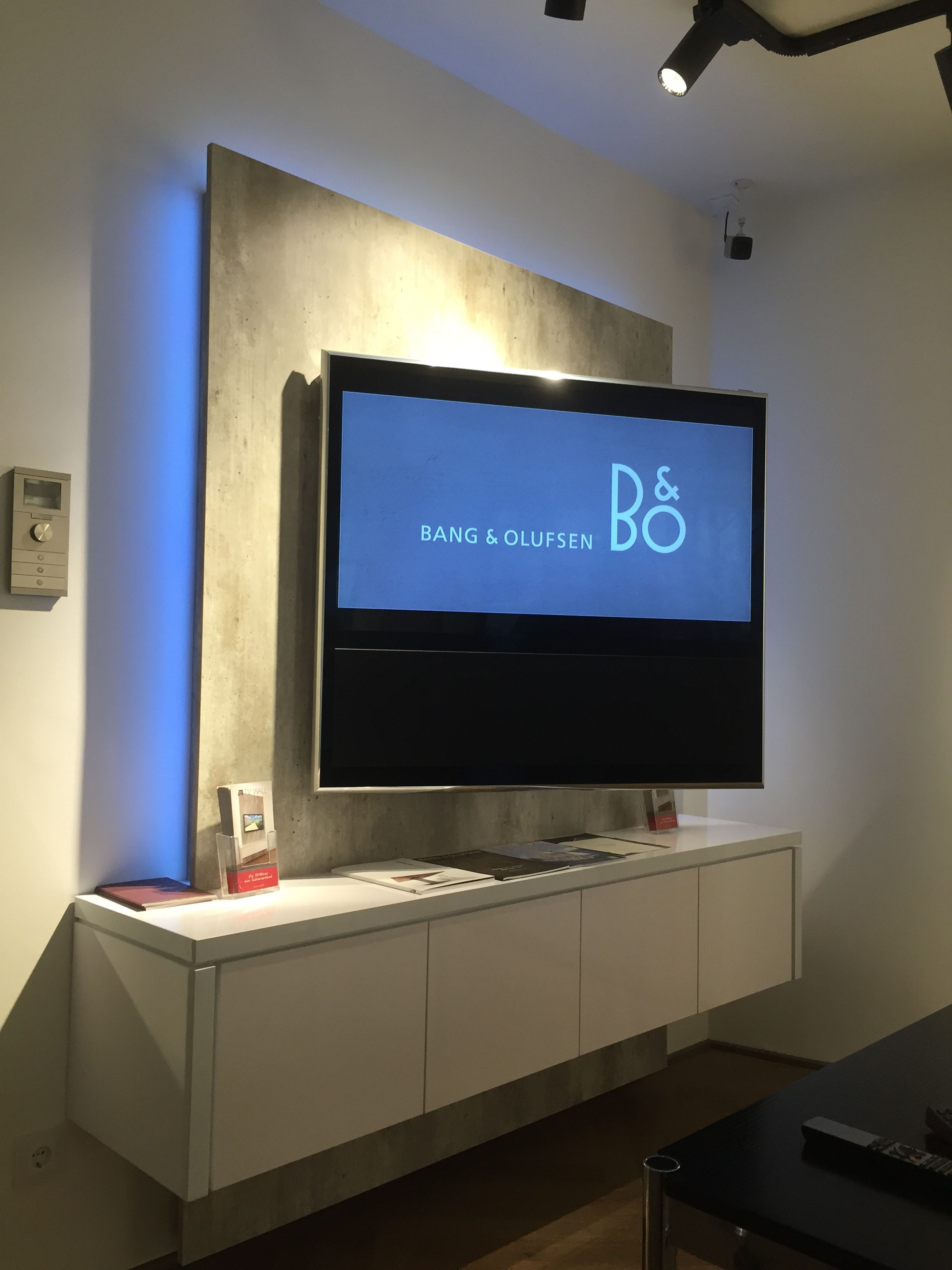 tv wall pr sentiert tv wand im brandneuen bang olufsen. Black Bedroom Furniture Sets. Home Design Ideas