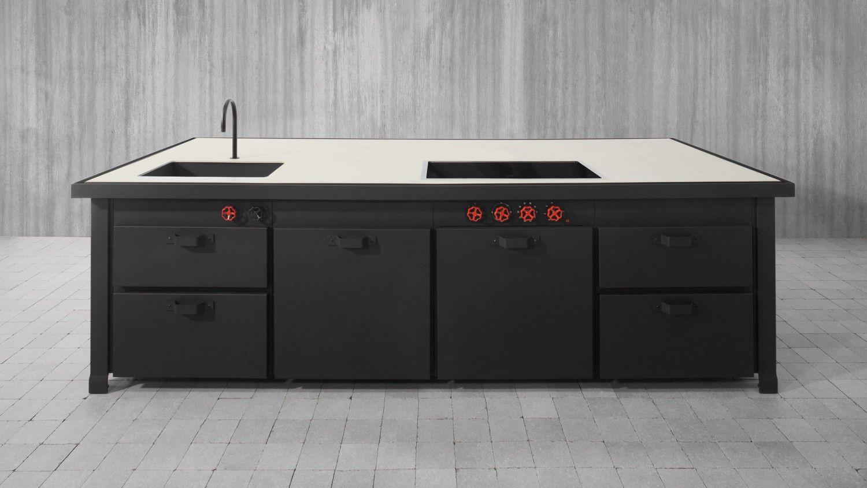 Cucina componibile ad isola, in metallo nero. Piano in cemento. Il ...