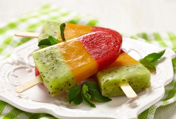 Receitinhas diferentes. Picolé arco-íris. A receita é super prática, pois existem duas formas de fazer, com sucos de caixinha ou bater as frutas no liqüidificador.