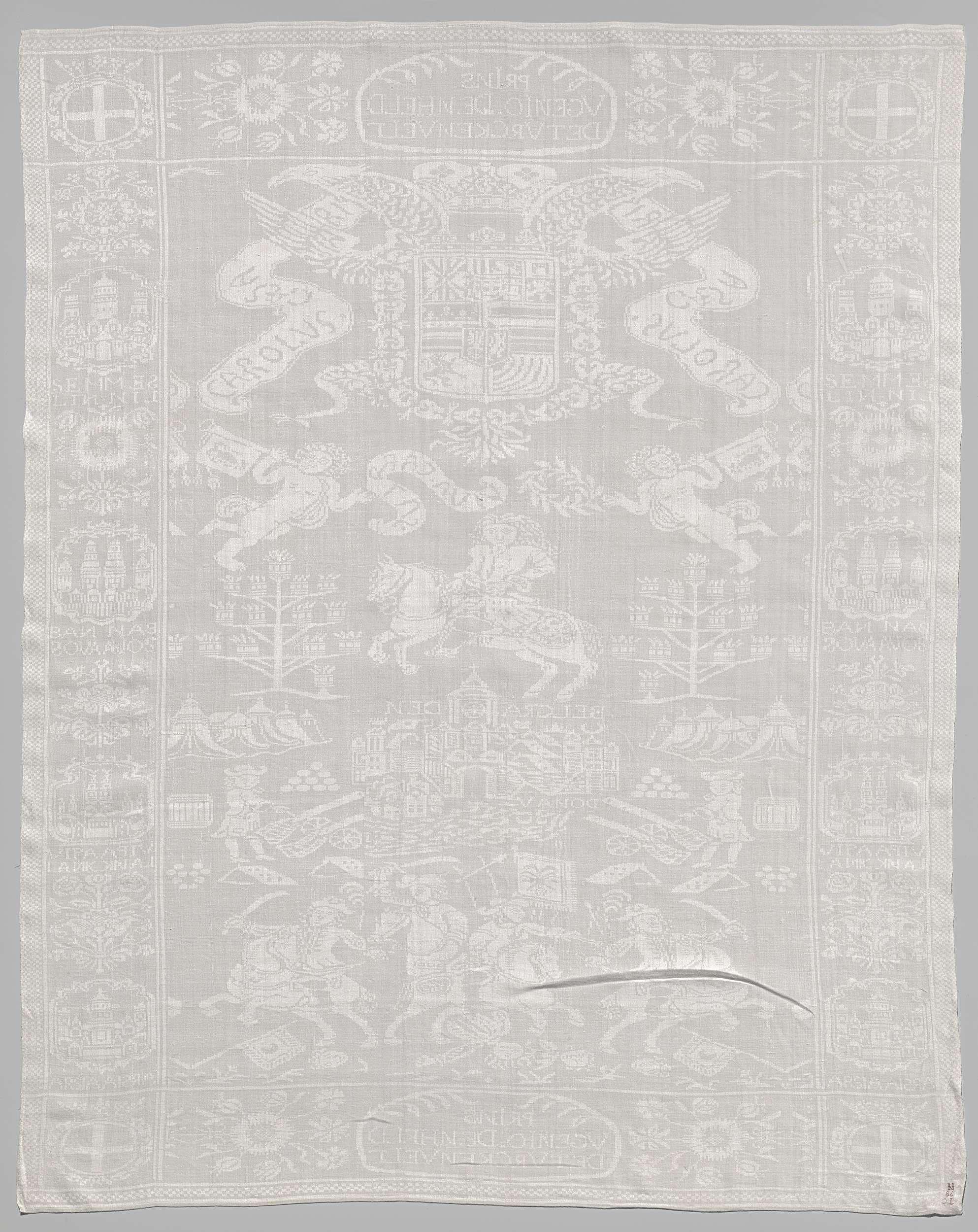 Anonymous   Servet met het ontzet van Belgrado, Anonymous, in or after 1717   Servet van linnendamast met het ontzet van Belgrado. Middenveld: Het asymmetrisch patroon vertoont van onder naar boven uit vier taferelen: 1 Vier ruiters met een standaard waarop de dubbele adelaar, galopperen over een slagveld, met de verslagen vijand, twee hoofden en de standaard met de halve maan. 2 Kanonnen zijn gericht over een rivier met inschrift: DONAU op een stad met inschrift BELGRADEN. Terzijde staan…