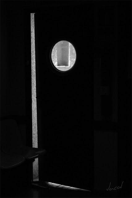 the indiscreet lens: The Door / La Puerta