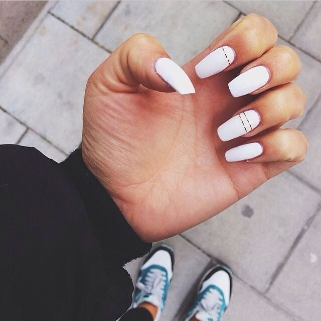 White Nails W Thin Gold Strips