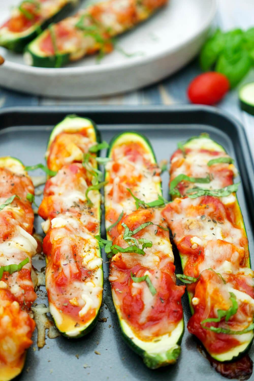 Gefüllte Zucchini mit Hähnchen und Parmesan-Sauce - Low Carb Rezept