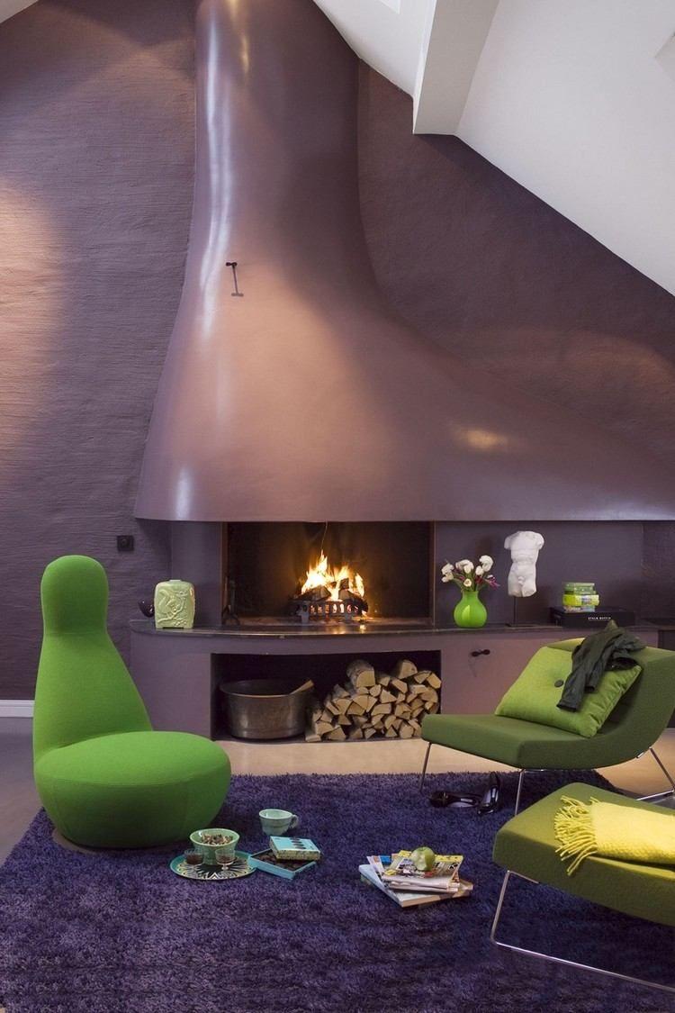 lila verputzte Wand mit offenem Kamin und maigrüne Möbel ...