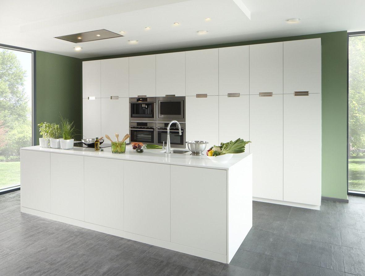 Volledig witte design keuken met een grooot keukeneiland met witte