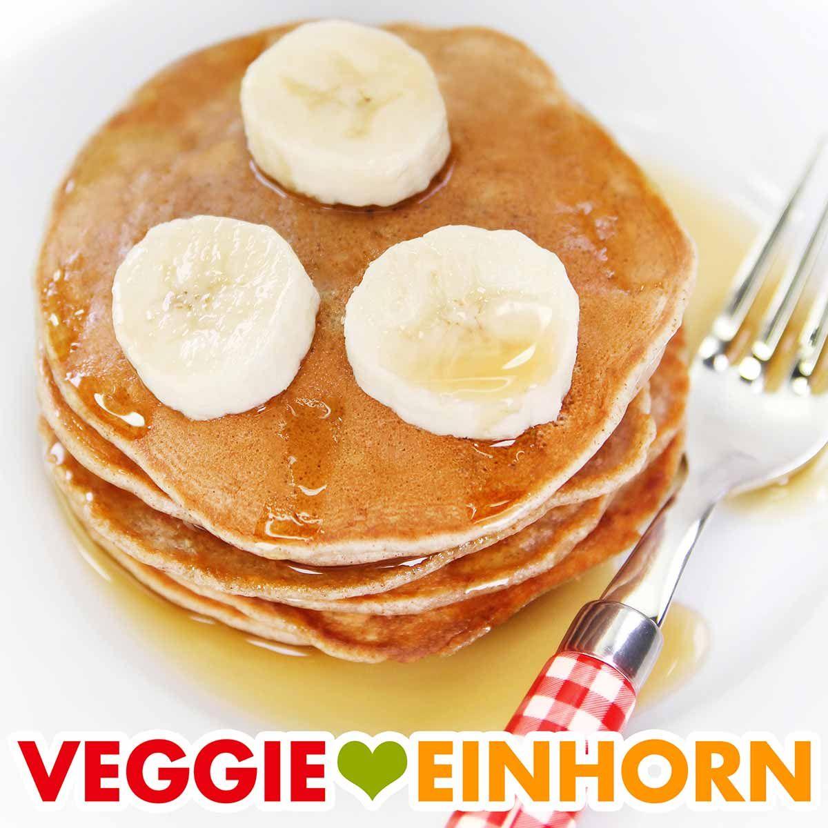 Probier diese fluffigen veganen Bananen Pfannkuchen ohne Ei. Das Rezept für Bananenpancakes ist sehr einfach und schnell und auch bei Kindern sehr beliebt. Die Pancakes sind mit Mehl (ohne Haferflocken). Die Pfannkuchen gelingen mit Dinkel oder Weizenmehl. Jetzt Bananenpfannkuchen zum Frühstück machen. Eine leckere vegane Frühstücksidee! #VeggieEinhorn #bananen #pancakes #pfannkuchen #vegan #ohneei