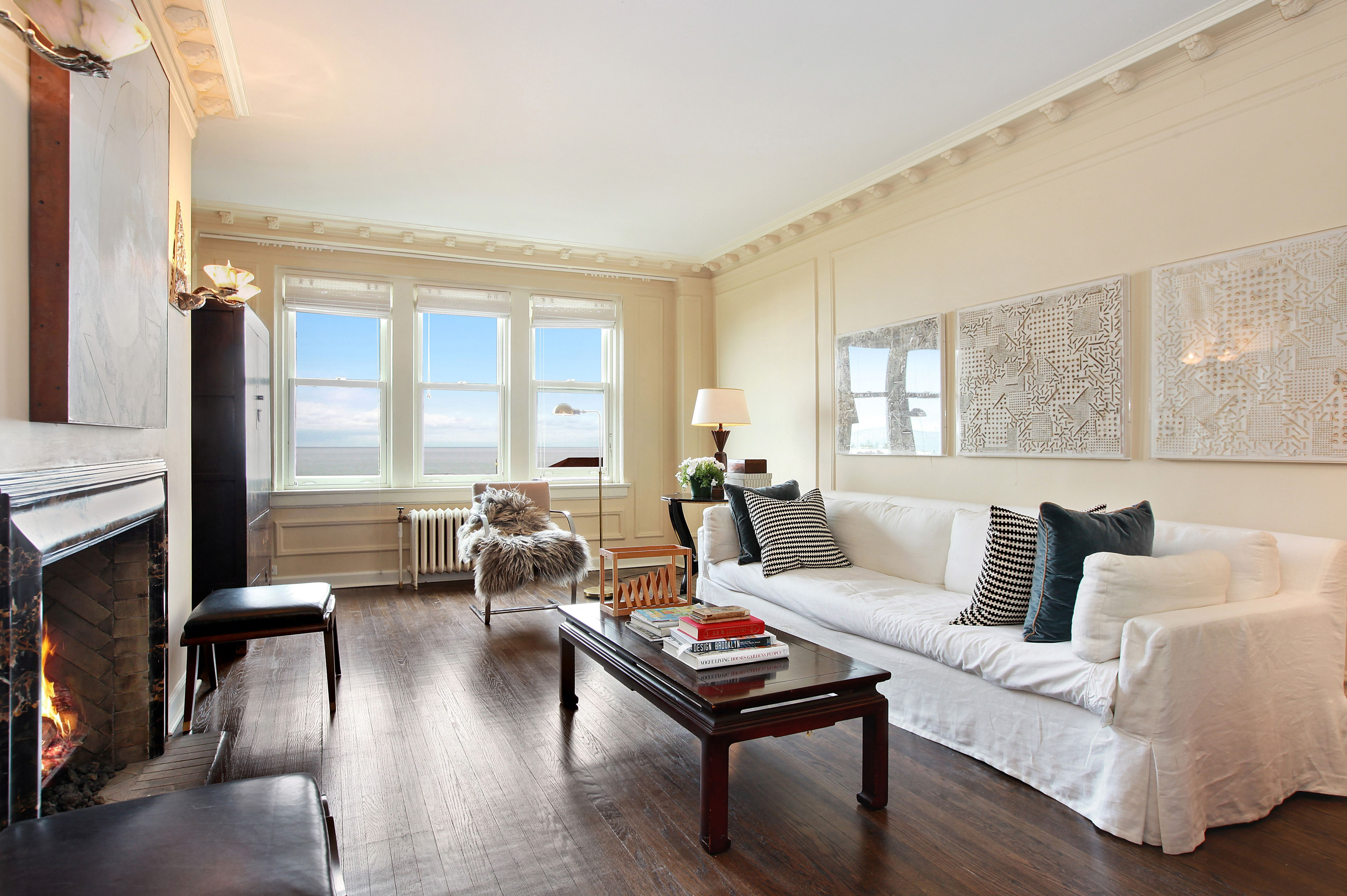 Sunny 3 Bedroom Apartment In Edgewater With Hardwood Floors Crown Molding And A Marble Fireplace Domu Chicago Apartm Bedroom Apartment Home Renting A House
