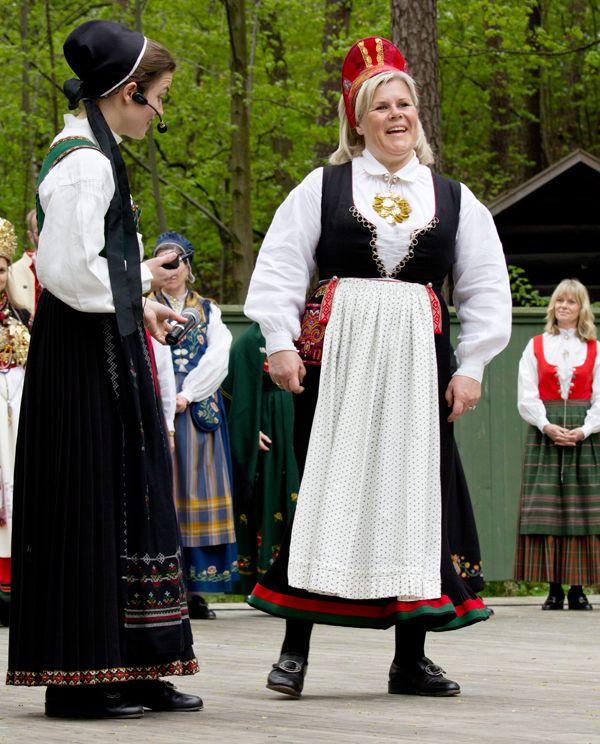 Flott Bunadsdag på Norsk folkemuseum - Magasinet Bunad. Anne Kristin presenterer en Vest-Agderbunad.