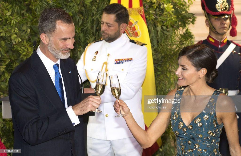 King Felipe Vi Of Spain And Queen Letizia Of Spain Attend A State Los Reyes De España Letizia De España Cena De Gala