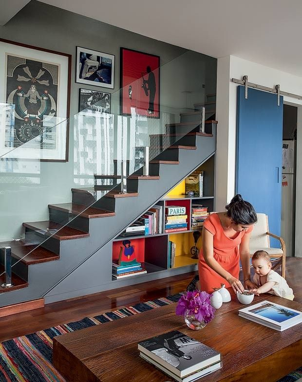 escada-quadros-estante-mesa-de-centro-tapete (Foto: Marco Antonio ...