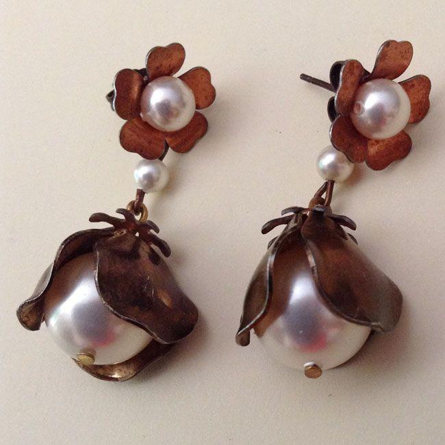 Orecchini pendenti , fiori di metallo e perline #orecchini #accessori #moda #earrings #faschion #DIY