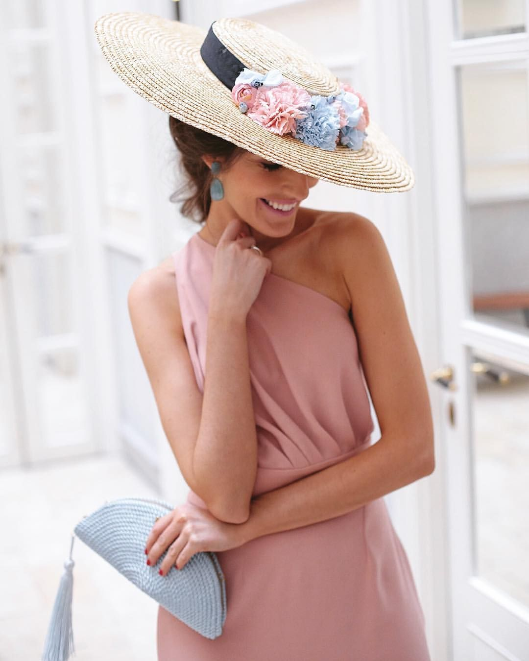 Nuevo look de invitada que os está esperando en mi blog ???? con vestidazo de @mjsuarez_collections, pamela de @lacasadeltocado, clutch… #preguntassevilla