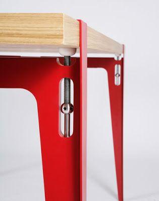 """Su mesa """"Treteau"""" rebasa el objeto y se convierte en un sistema. Su patas en pares soportan el tabletop y se ajustan por medio de dos prensas, asegurando cualquier superficie y permitiendo la variedad del material y longitud de la misma. El diseño se centra alrededor de este elemento utilitario, que su simpleza lo hace resaltar como un elemento estético."""