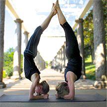 Mamá e hija haciendo Yoga