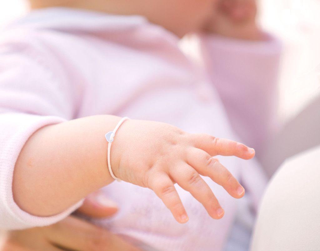 Giselle Jewelry | Das edle Schmuckstück ist das perfekte Geschenk für werdende Mütter oder zur Geburt. #gisellejewelry #baby #Armband #Geburt #Geburtgeschenk #Geschenk #Mutter #Babyschmuck #Herz