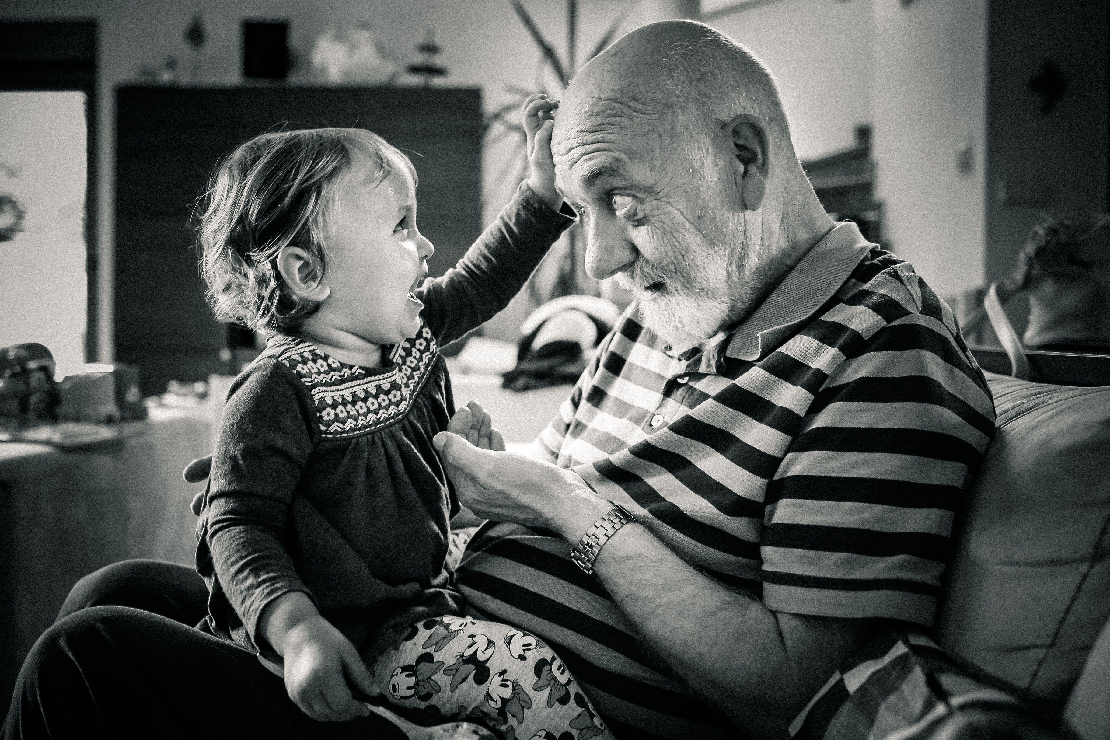 Children photography emotions in bw with grandpa by dee schneider foto