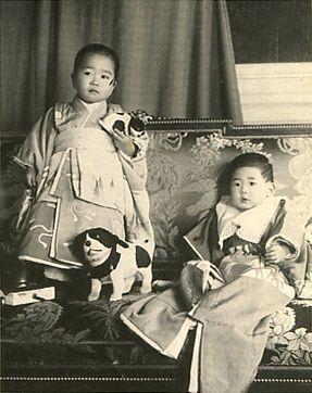 Japanese Imperial family's antique photograph.    Kitashirakawanomiya Naruhisa (1887-1923) & Takedanomiya Tsuneyoshi (1909-1992).   member of the Imperial family.  Meiji-era.