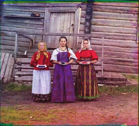 Young peasant girls berries offer guests the hut in the countryside on the river near the village Sheksna Kirillov.  1909.  SM Photo  Prokudin-Gorsky