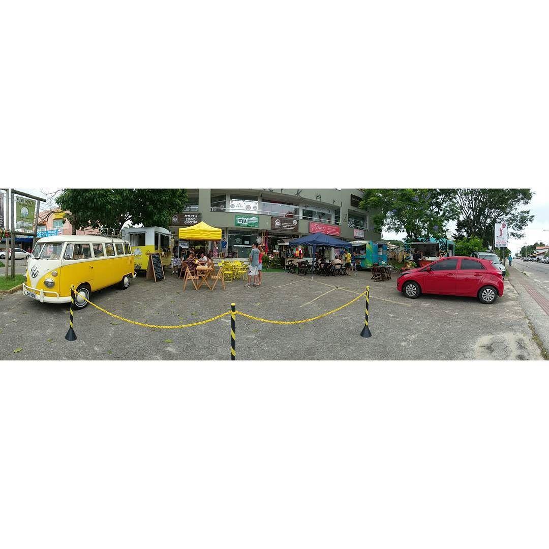 tá começando a música com acordeon e a tarde tá delícia no Campeche! vem pra cá! #foodtrailer #espaçofoodtruck #floripa #gastronomia #evento by janiskombi