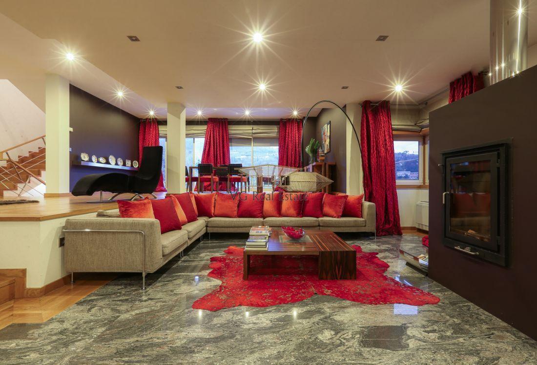 Moradia T4 de três pisos c/ 4 frentes - VG Real Estate