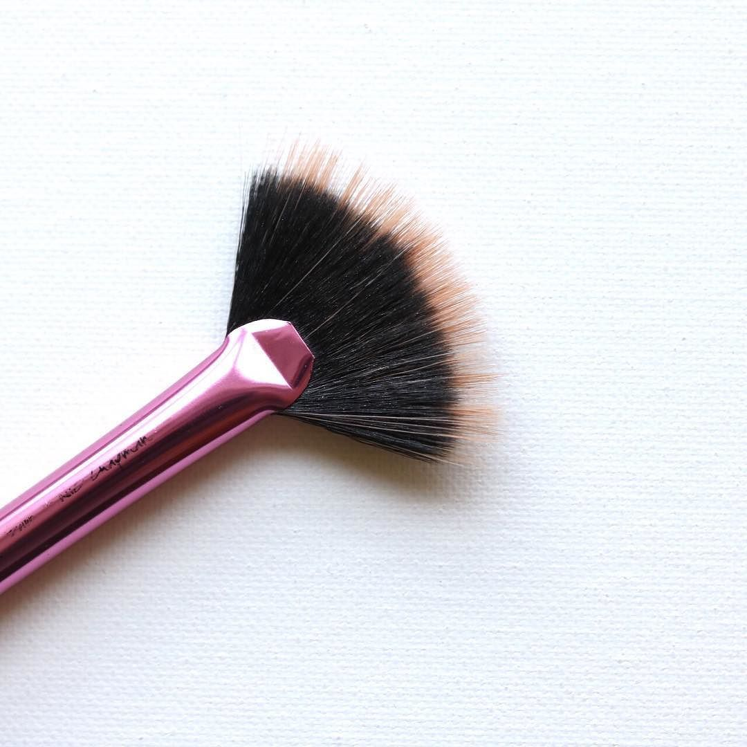 Love this fan brush from Real Techniques. Perfect brush