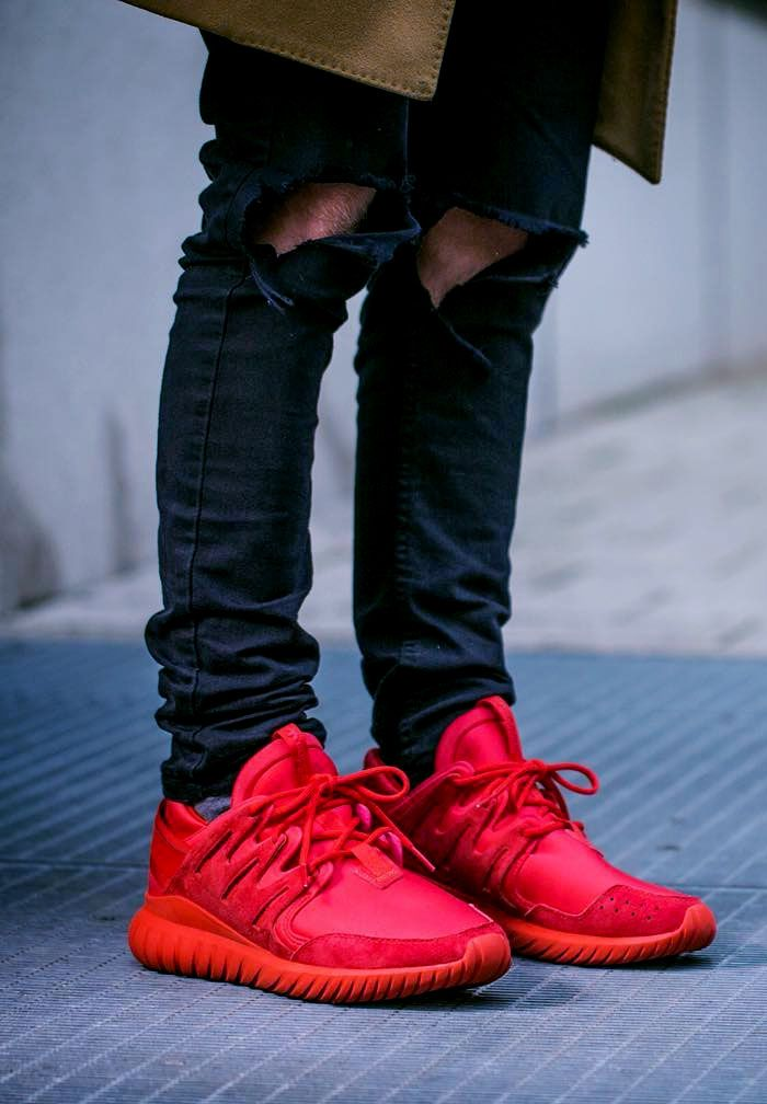 Triple Red with ripped jeans. | Zapatillas rojas, Ropa, Calzas
