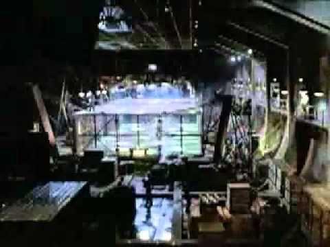 """Uno degli storici video realizzati da Nike: Eric Cantonà dirige un torneo clandestino di football dentro """"la gabbia"""". Insieme al grande campione francese Tot..."""