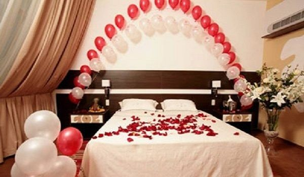 Simple Romantic Bedroom Decorating Ideas For Valentines Day With Red And White Balloons Decor