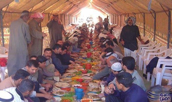 وفود عربية وآسيوية وأفريقية تسعى إلى التبرع بشكل منتظم لـ مطبخ الخيرات في رمضان يقف المئات من الفقراء في صفوف طويلة وهم يحملون الأواني Art Painting