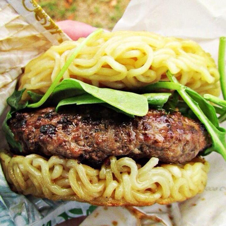 The Ramen Burger At Smorgasburg In Williamsburg Brooklyn Ramenburger Cuisine Miam Recette