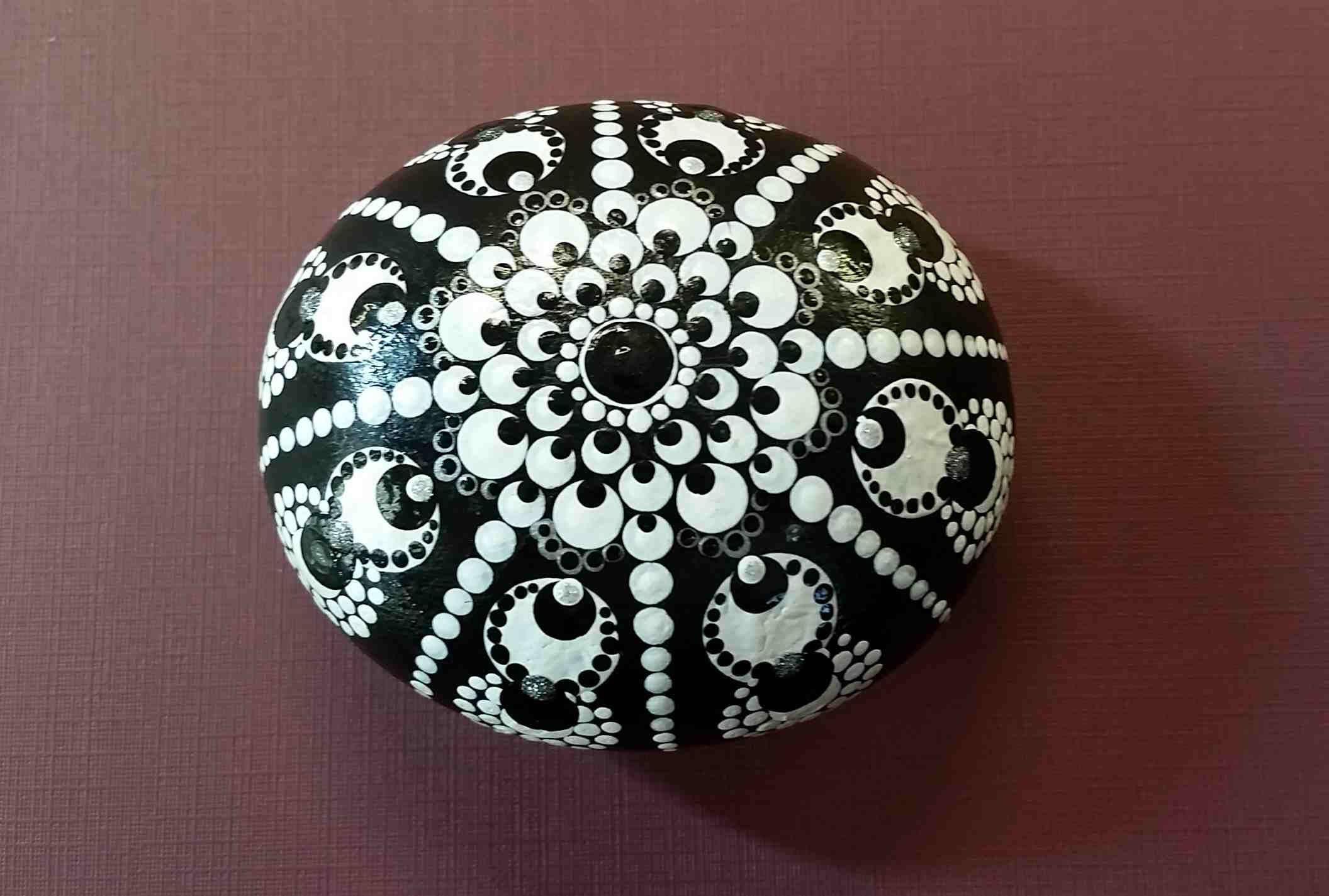 Black White Starburst Mandal By Stoneinfinity On Etsy Https Www Etsy Com Listing 577083385 Black White S Steine Bemalen Mandala Steine Mandala Selber Malen