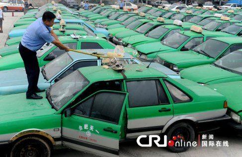 Falsos táxis são destruídos a marretadas na China