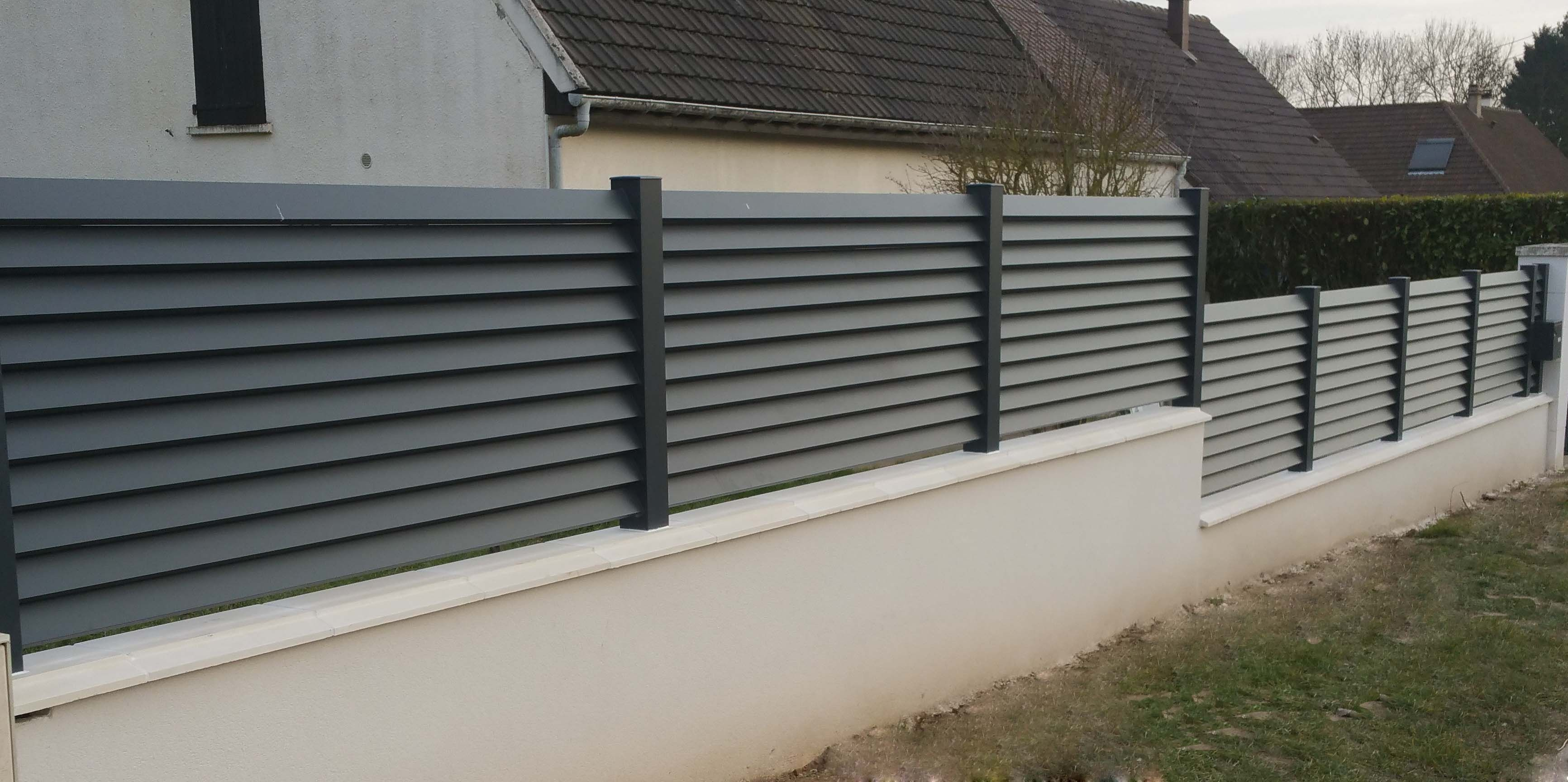 Cl ture en aluminium gris anthracite avec lames persienn es well outdoor pinterest for Palissade pvc gris