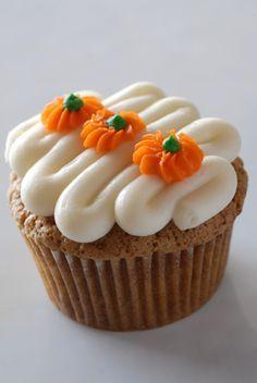 decorating carrot cake cupcakes