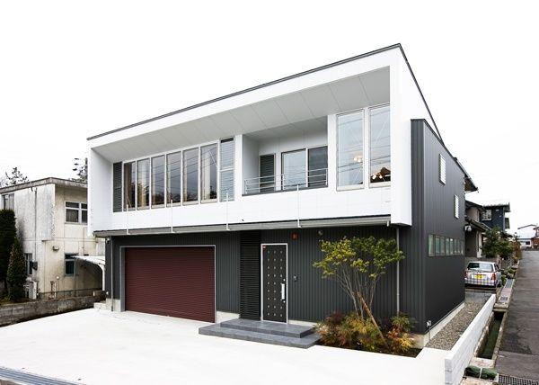 白と黒でメリハリをつけたシックな外観 ホームウェア ガレージ