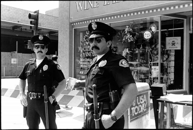20 Unbelievable Retro Photos Of Los Angeles Police Officers During The Mid 1980s Police Officer Police Reserve Police Officer