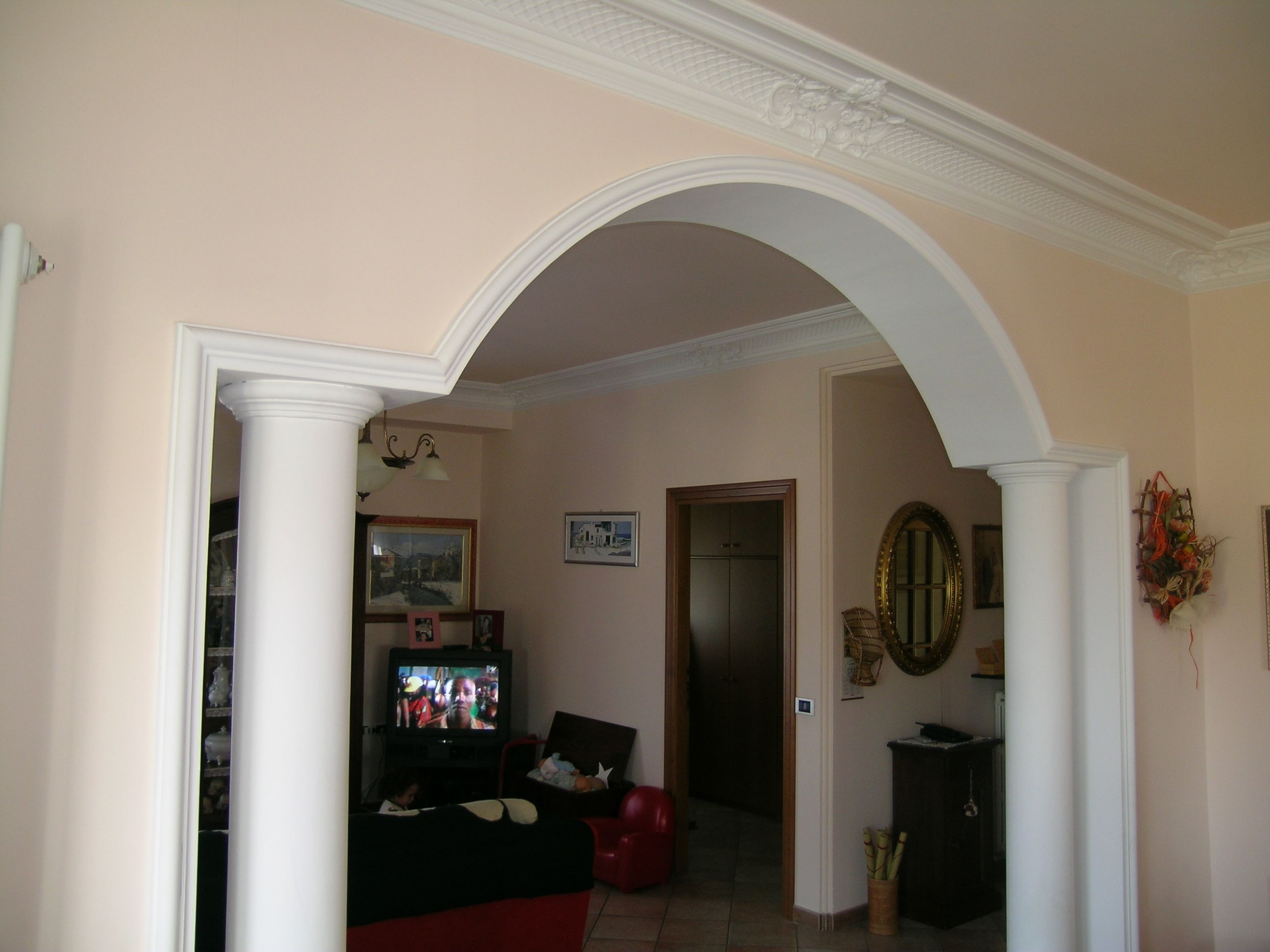 Realizzazione di archi colonne e capitelli in gesso su for Archi per interni appartamenti