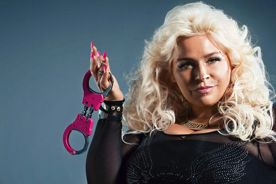 beth chapman i want her pink handcuffs yes pinterest