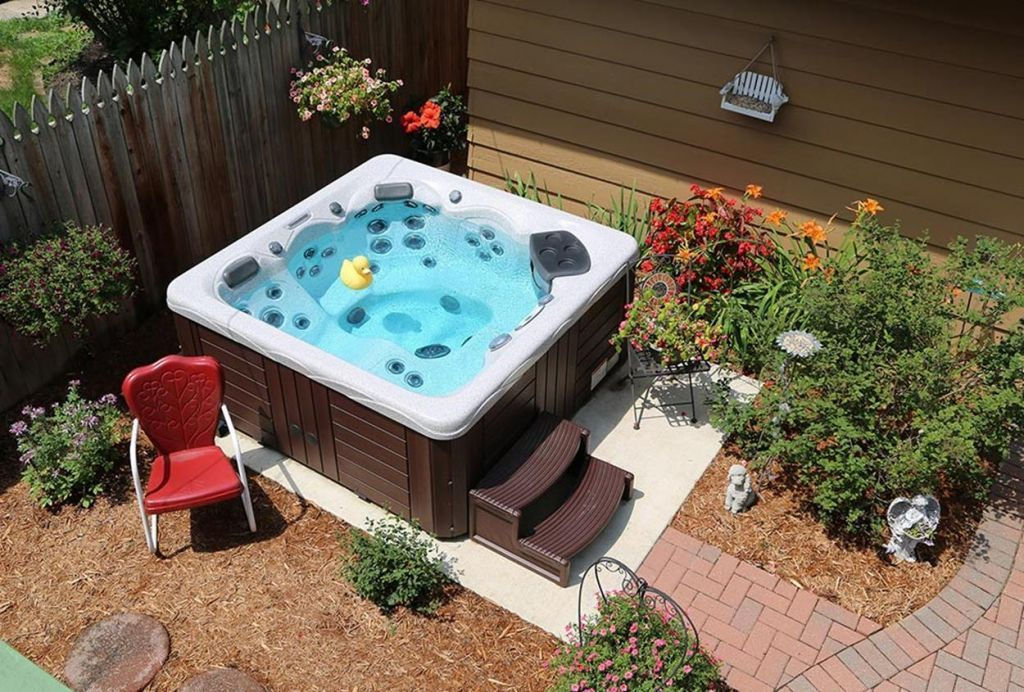 30 Incredible Hot Tub Suitable for Small Backyard (With ...