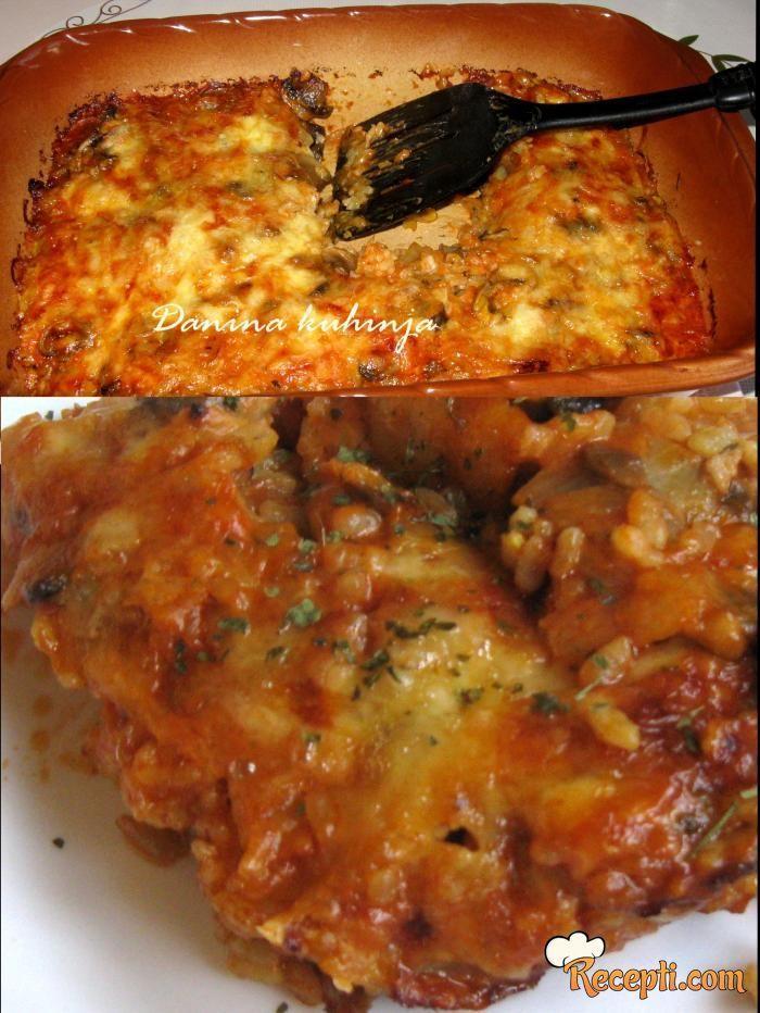 Recept za Zapečene šnicle sa šampinjonima. Za spremanje ovog jela neophodno je pripremiti meso, sirće, jaja, so, biber, brašno, šampinjone, luk, origano, pirinač, ulje, majonez, paradajz, sir.