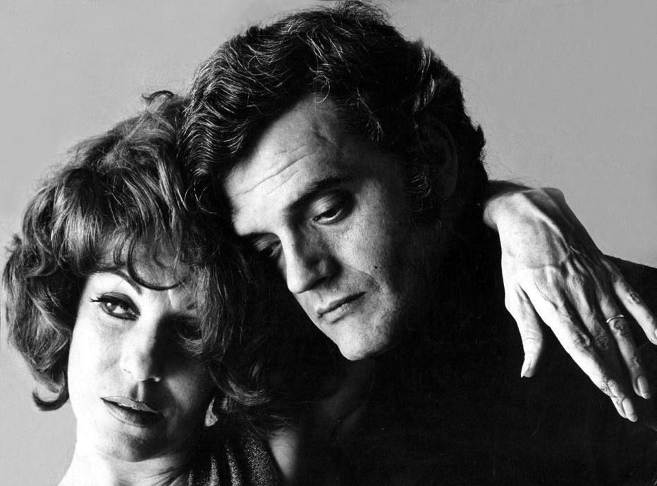 Acervo/ Estadão - A atriz Cacilda Becker abraçao marido, o ator, diretor e produtorWalmor Chagasem 1967