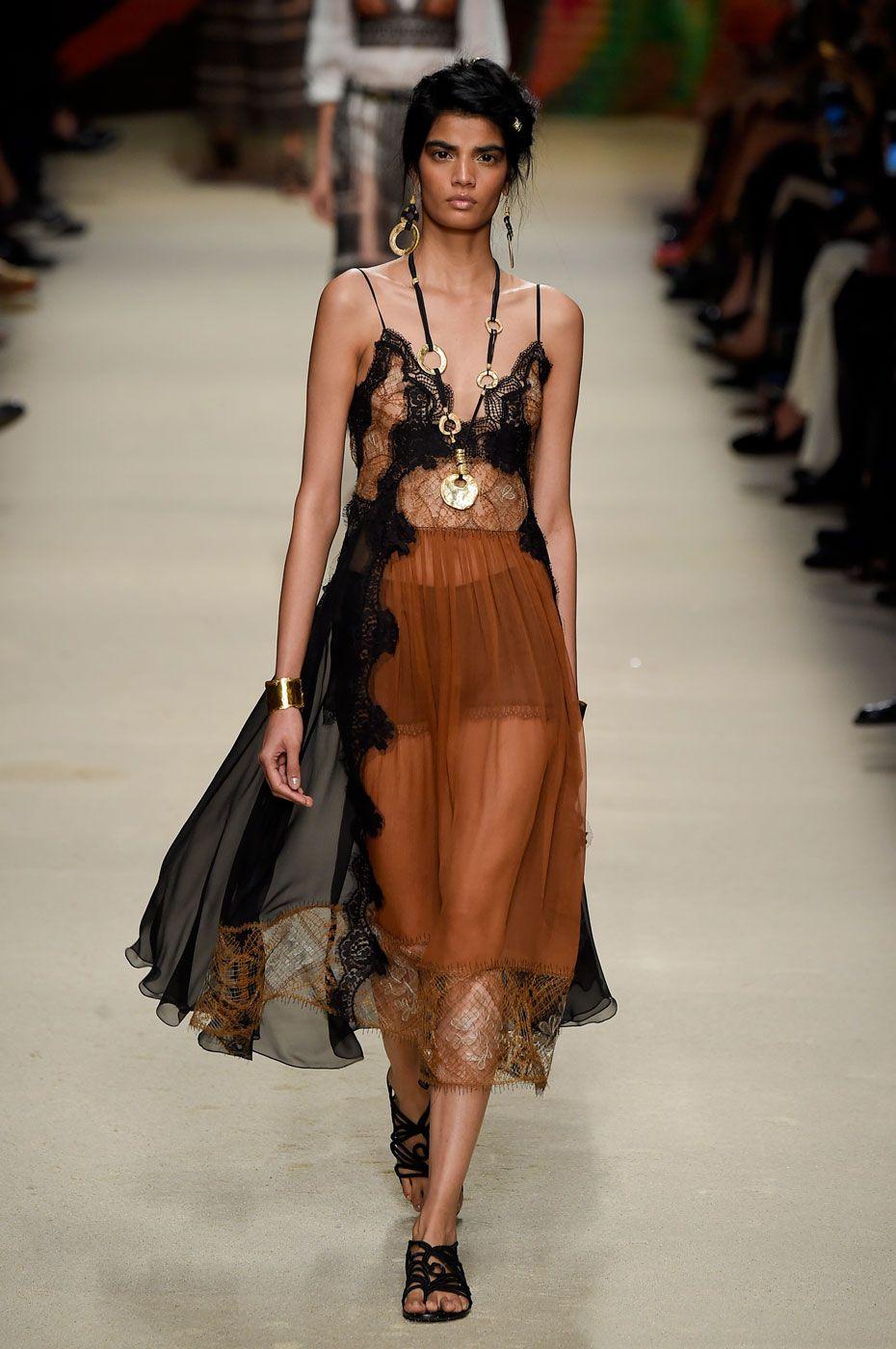 Alberta Ferretti: patchwork e vestidos vaporosos para o verão - Vogue   Desfiles