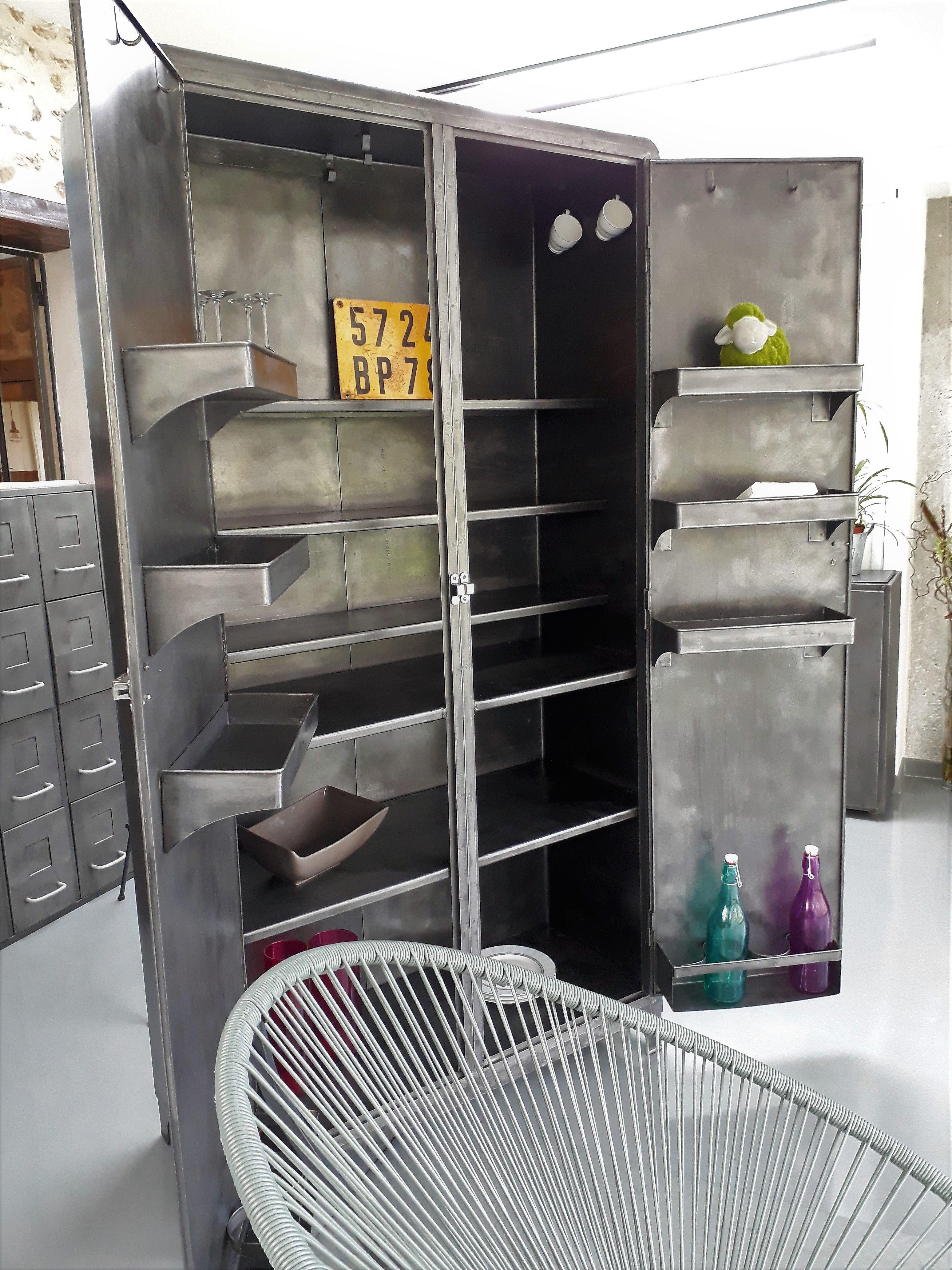 armoire industriel armoire metal vintage inspirationrecup com vous propose cette ancienne armoire de cuisine vintage