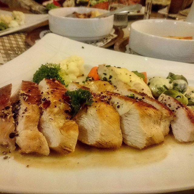 Hähnchenbrust mit Gemüse  #hähnchenbrust #gemüse #wilflingen #gasthofzumlöwen #food#foodpics #foodstagram #foodstyle #instafollow #instalike #instafood #foodporn #insta #follows #follow4follow #followern #follow4follow #followme #followforfollow #jummy #hungry #mmmm😋  Yummery - best recipes. Follow Us! #foodporn