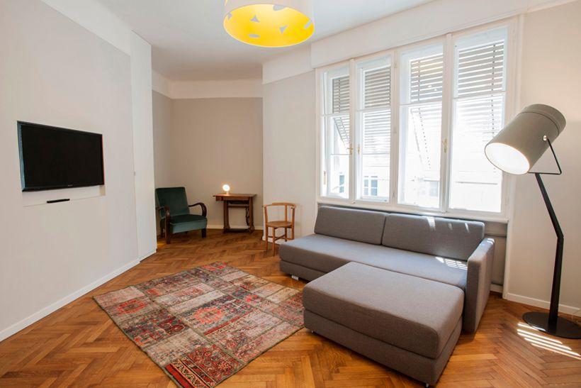 Doppelflügeltür Wohnzimmer ~ Helles wohnzimmer mit doppelflügeltüren schlichtem sofa und
