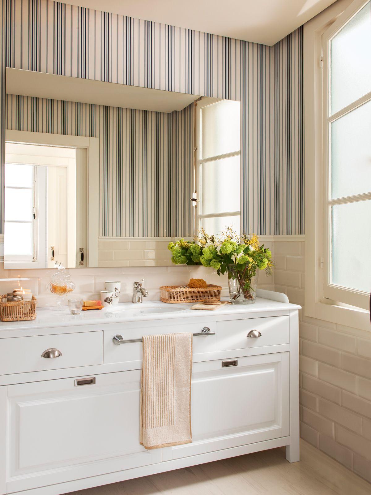 Butaca frente a arrimadero blanco y con pared alfombra y Banos pequenos pintados