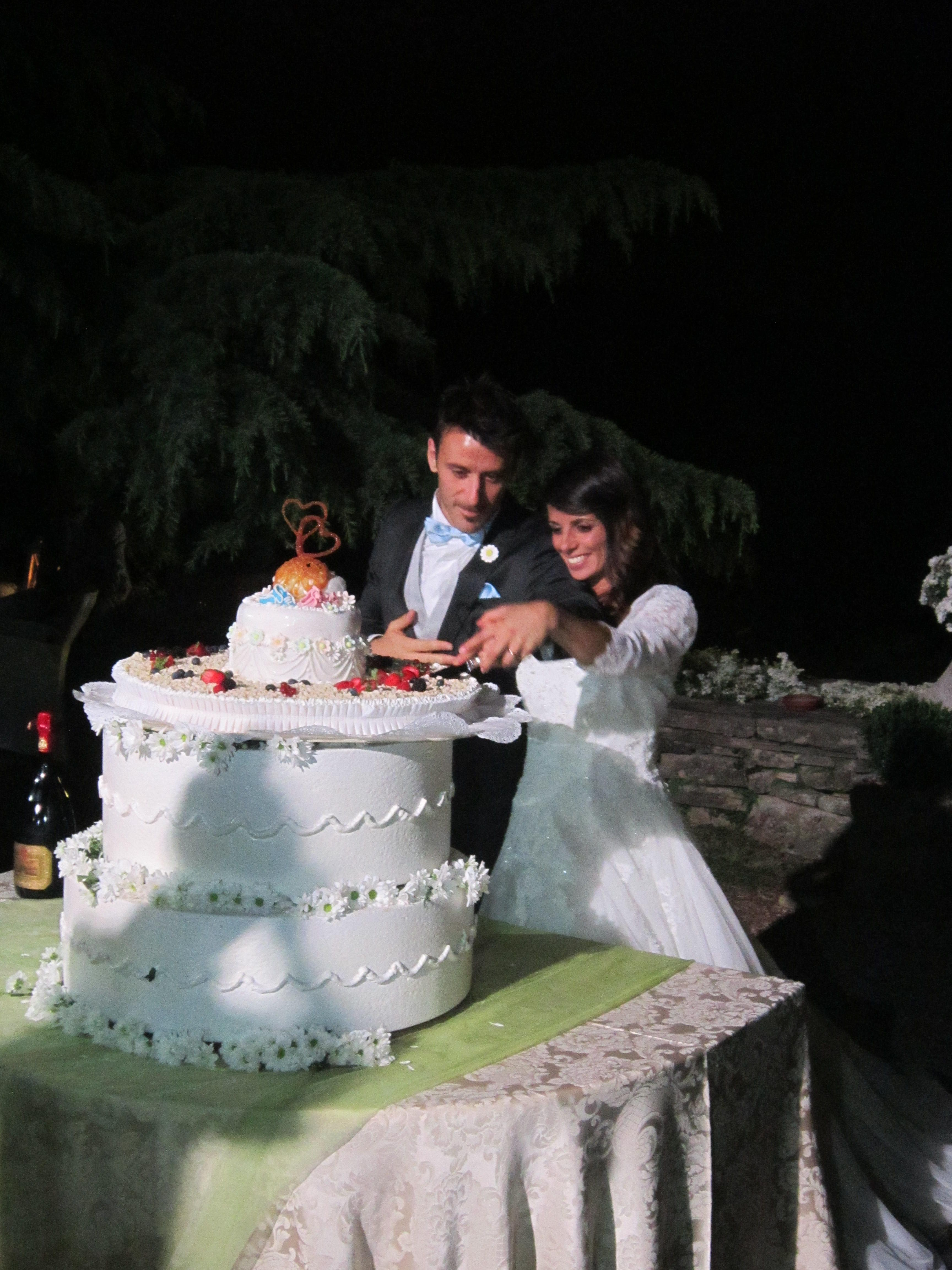 Romantico taglio della torta #wedding #bellini #atalanta #matrimoniotuttiicolori @CastleOfAngels www.castellodegliangeli.com