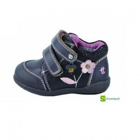 a37bfb2d5f7 Estas botas para niña de piel color negro con detalle de flores y cierre de  velcro