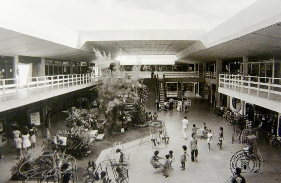 Em Fortaleza o primeiro shopping center foi o Center Um, inaugurado em 1974, que tinha como loja âncora um supermercado. Tinha estacionamento e mais de 48 lojas e lanchonetes.