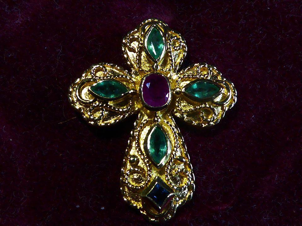croix en or avec un beau rubis , quatre très belles émeraudes et un saphir de thailande . or 18 carats. Réplique d'une croix du 15° siècle .trésor de la cathédrale de Cologne (Allemagne )